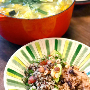 穀物とアボカドのサラダ、小豆玄米ごはん、野菜スープ